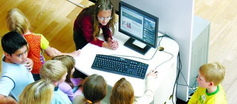 Museum für Kommunikation Frankfurt - Kindergruppe am Rechner