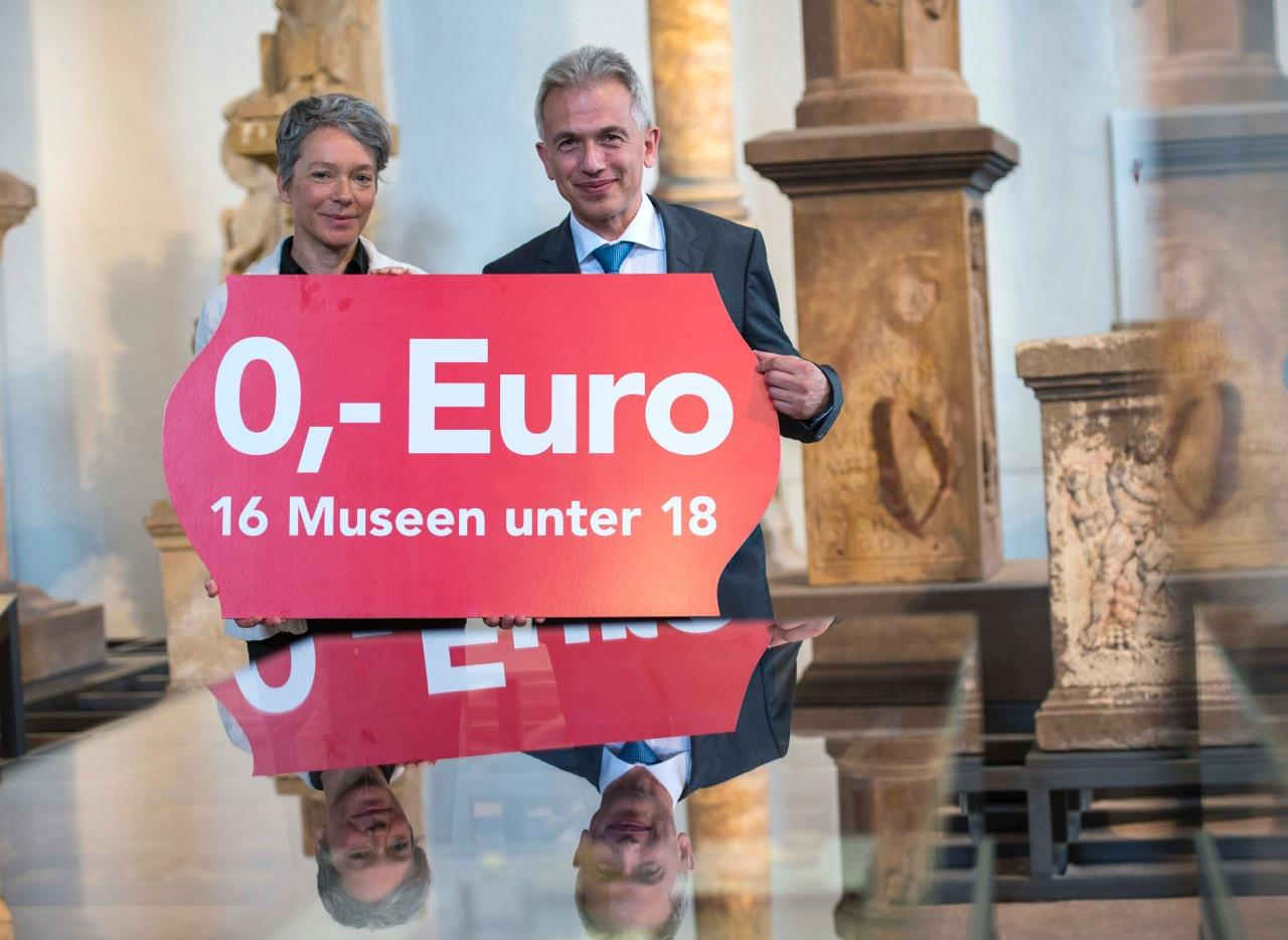 Freier Eintritt in die städtischen Museen (v.l.n.r.: Kulturdezernentin Dr. Ina Hartwig, Oberbürgermeister Peter Feldmann) © Heike Lyding