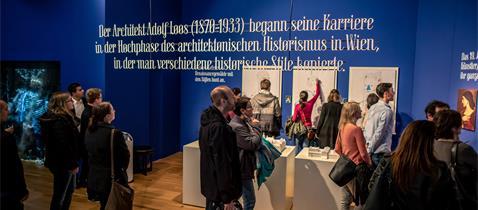 Besucher im Museum Angewandte Kunst, Foto: Peter Krausgrill