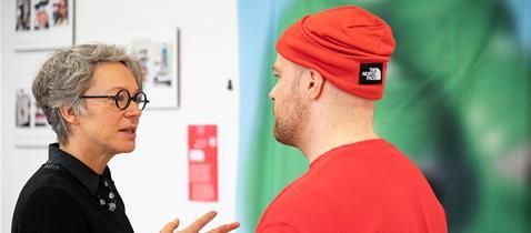 Kulturdezernentin Dr. Ina Hartwig im Austausch mit dem Designer Felix Kosok, Foto: Salome Roessler