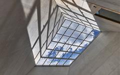 Atrium Lichtbau, Foto: Norbert Miguletz © Jüdisches Museum Frankfurt