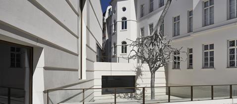 Ariel Schlesingers Skultpur Untitled, 2019, auf dem Vorplatz des neuen Jüdischen Museums Frankfurt, Foto Norbert Miguletz © Jüdisches Museum Frankfurt